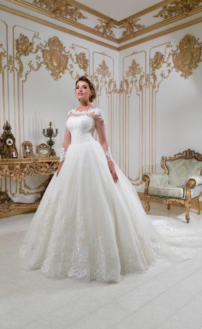 Чарующее свадебное платье с тонкой вставкой над вырезом и многослойной юбкой с аппликациями.