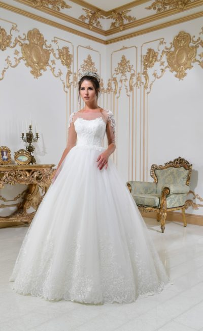 Классическое свадебное платье с аппликациями по низу подола и прозрачными рукавами.