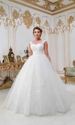Женственное свадебное платье с воздушным подолом и кружевным корсетом со вставкой.