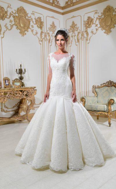 Соблазнительное свадебное платье с пышной юбкой «русалка» и кружевной отделкой.