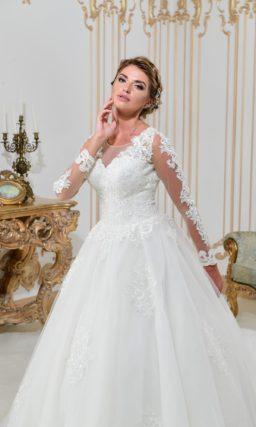 Эффектное свадебное платье с юбкой А-силуэта и прозрачными рукавами с кружевным декором.