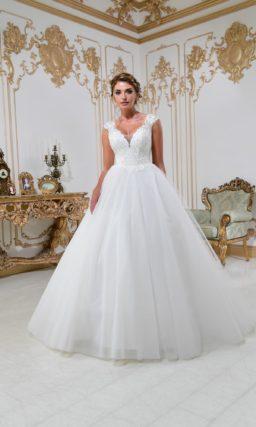 Изысканное свадебное платье А-силуэта с сияющим корсетом с глубоким V-образным вырезом.