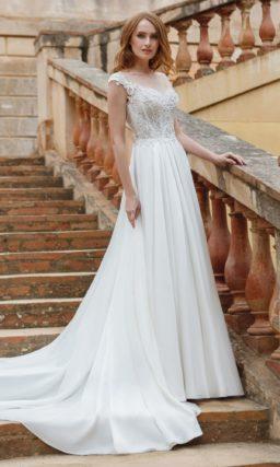 Прямое свадебное платье с открытым лифом в форме сердечка и кружевными бретельками.