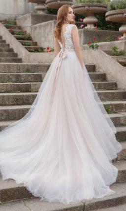 Нежное свадебное платье с кружевным лифом, V-образным вырезом и узким поясом.