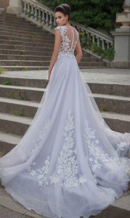 Свадебное платье «принцесса» с кружевной отделкой и полупрозрачным корсетом.
