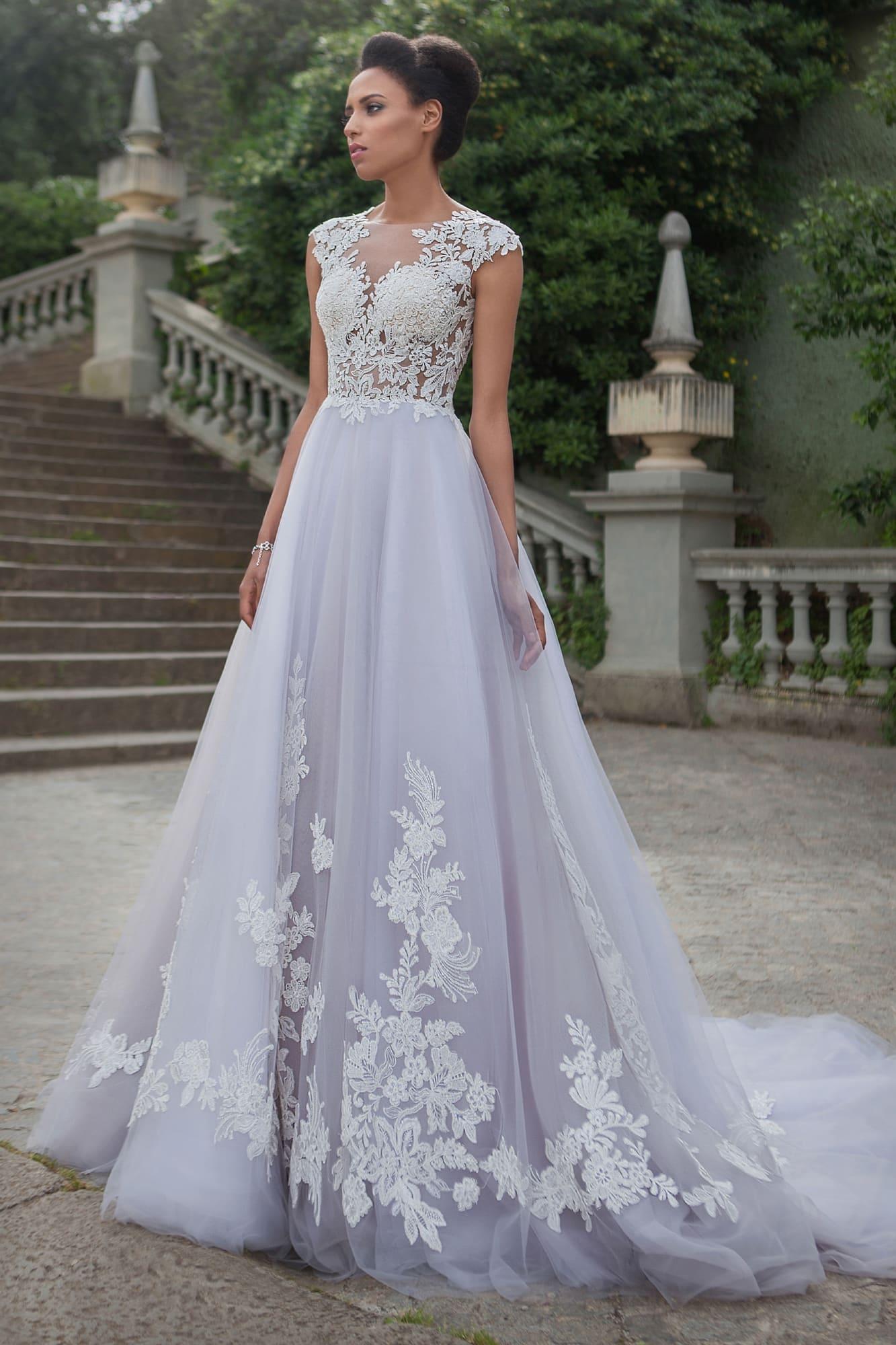 5a398c432a0 Свадебное платье «принцесса» с кружевной отделкой и полупрозрачным корсетом.