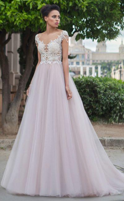Свадебное платье с эффектным полупрозрачным верхом и пудровой юбкой А-силуэта.