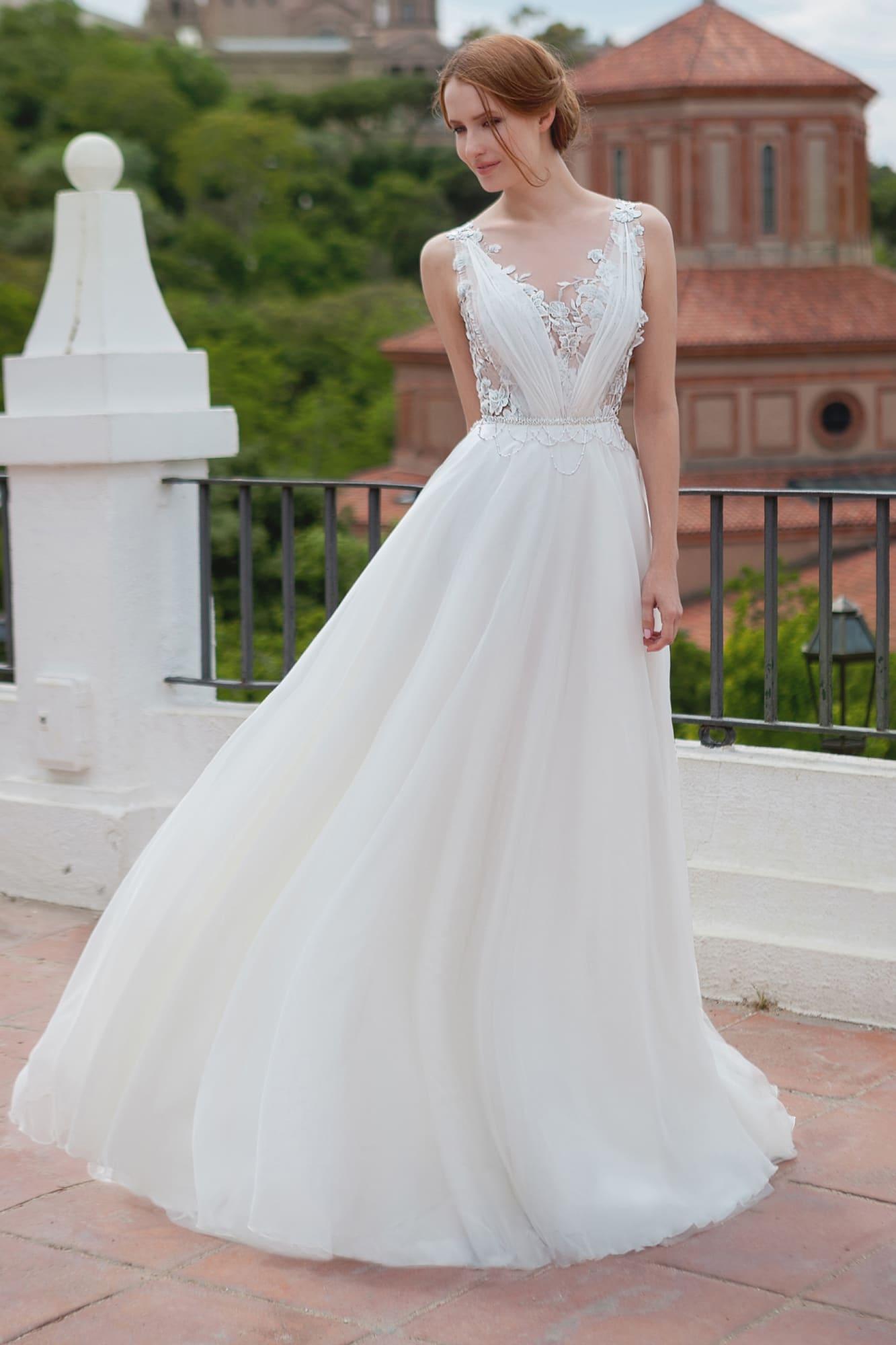 Свадебное платье «принцесса» с глубоким V-образным вырезом и отделкой аппликациями.