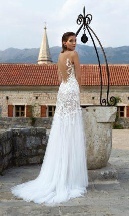 Впечатляющее свадебное платье облегающего кроя с верхом, украшенным кружевным декором.