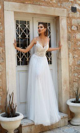 Прямое свадебное платье с лаконичным открытым лифом, дополненным узкими бретельками.
