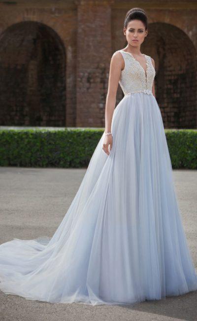 Прямое свадебное платье с голубой юбкой и кружевным лифом с V-образным вырезом.