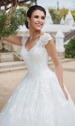 Классическое свадебное платье с пышной юбкой и широкими кружевными бретельками.