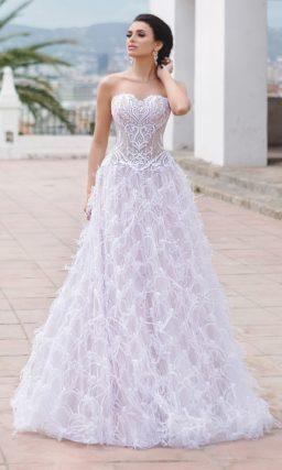 Сногсшибательное свадебное платье «принцесса» с открытым лифом и объемным декором.
