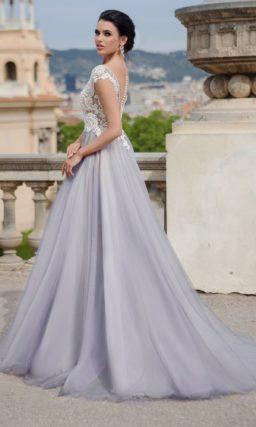 Изящное свадебное платье «принцесса» с полупрозрачным верхом, покрытым кружевом.