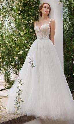 Свадебное платье А-силуэта с кружевным декором корсета и притягательным лифом на бретелях.