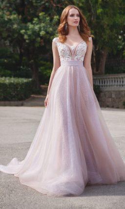 Свадебное платье с крупным белым кружевом по лифу и розовой юбкой.