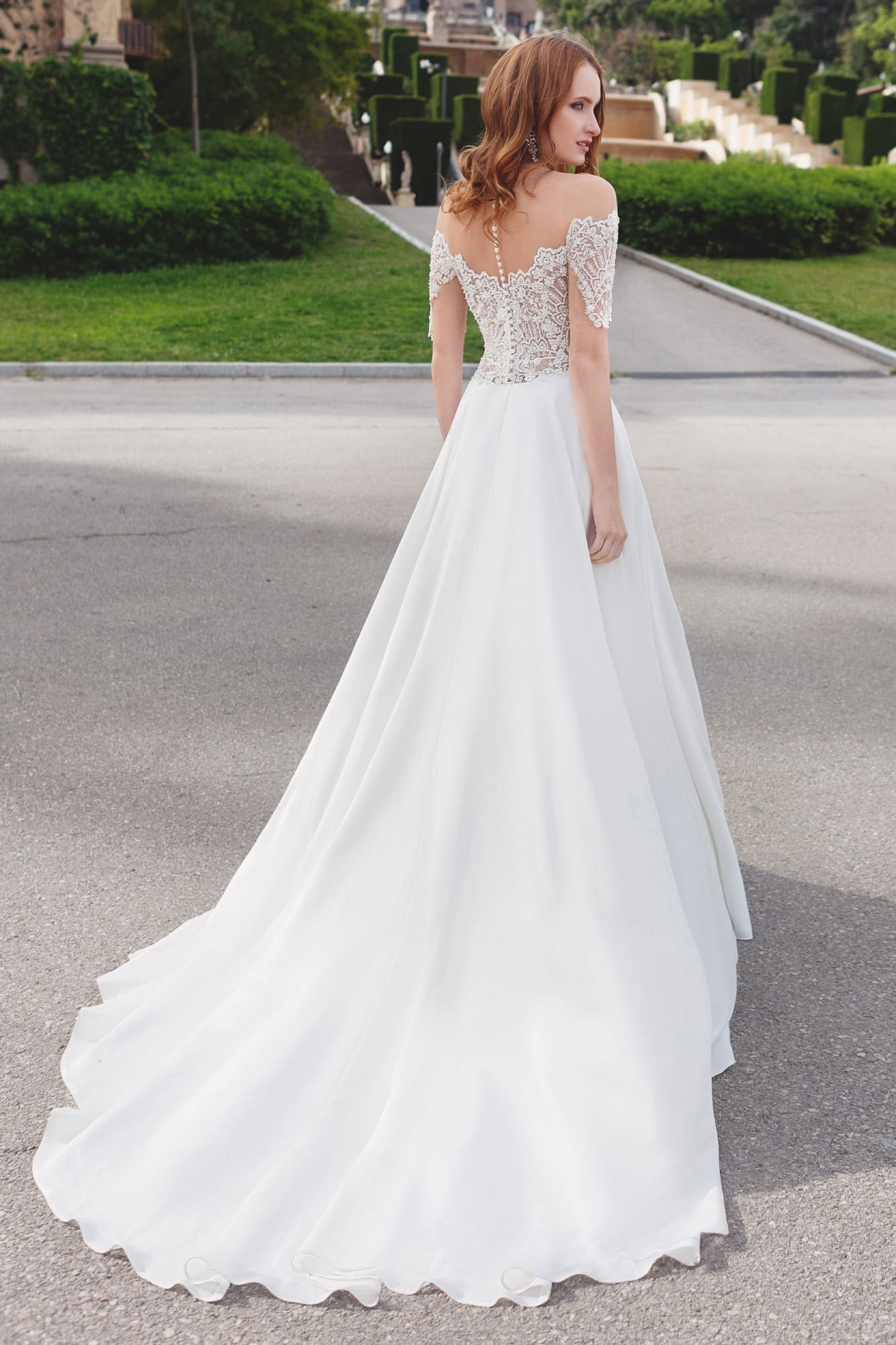 Прямое свадебное платье с фигурным портретным декольте и элегантной юбкой со шлейфом.