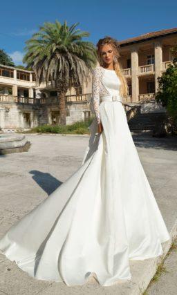 Свадебное платье с юбкой А-силуэта, длинным кружевным рукавом и эффектным бантом.