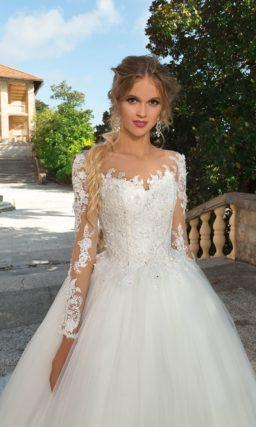 Свадебное платье пышного кроя с длинным кружевным рукавом и вырезом на спинке.