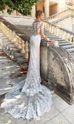 Свадебное платье прямого кроя на бежевой подкладке, покрытое белоснежным кружевом.