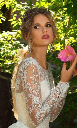 Свадебное платье А-силуэта с длинным кружевным рукавом и нежным шлейфом.