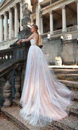 Розовое свадебное платье с пышной верхней юбкой и элегантным длинным рукавом.