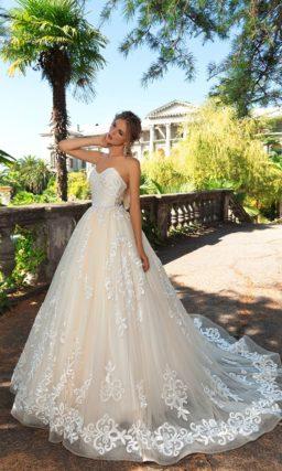 Свадебное платье пышного силуэта с открытым верхом и оригинальной отделкой.