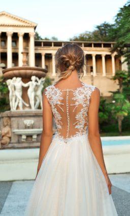 Свадебное платье «принцесса» с открытым корсетом и чувственной отделкой на спинке.