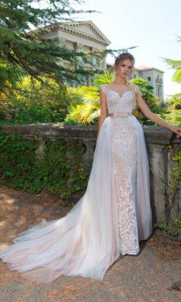 Свадебное платье-трансформер кремового цвета с белой многослойной верхней юбкой.