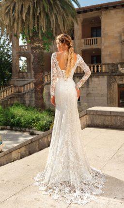 Кружевное свадебное платье «русалка» с длинным рукавом и V-образным вырезом сзади.