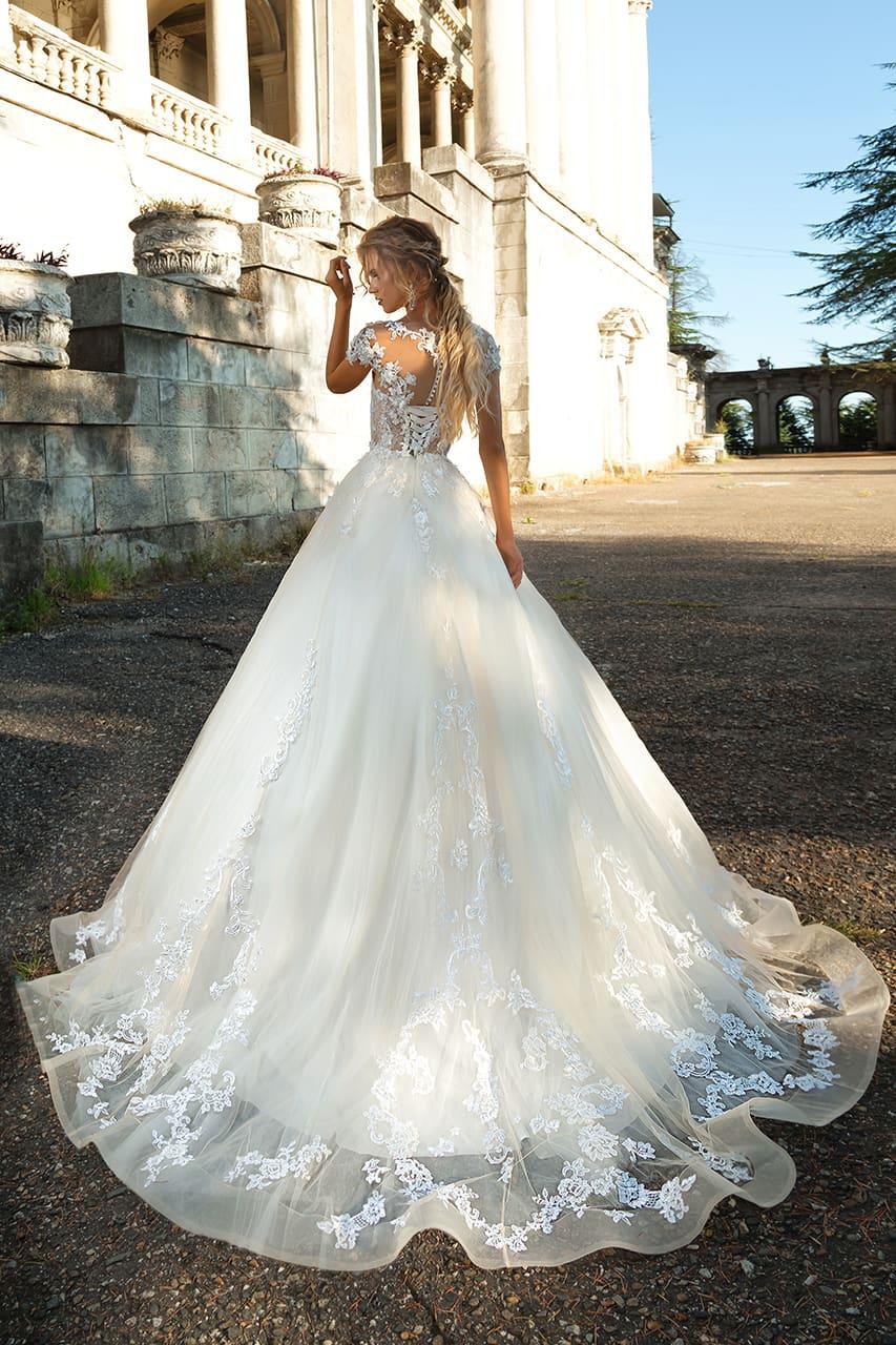 Свадебное платье с деликатным кружевным декором и роскошной пышной юбкой.
