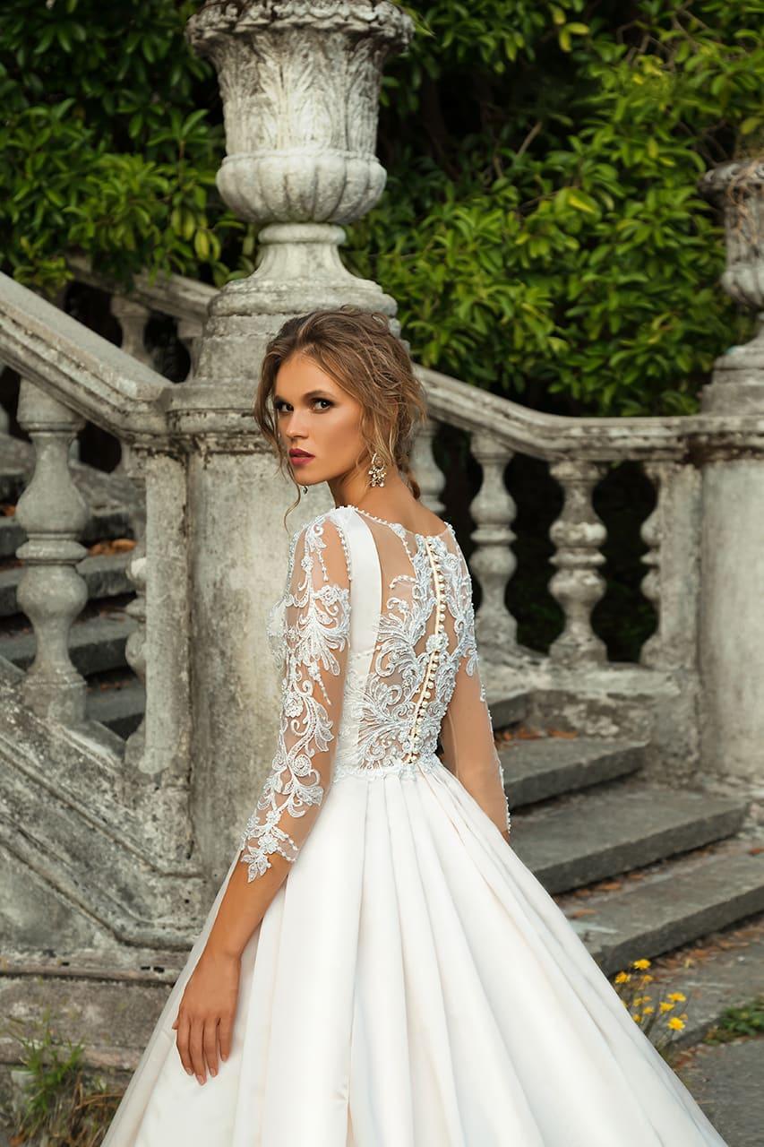 Свадебное платье с роскошной атласной юбкой и кружевным декором лифа и спинки.
