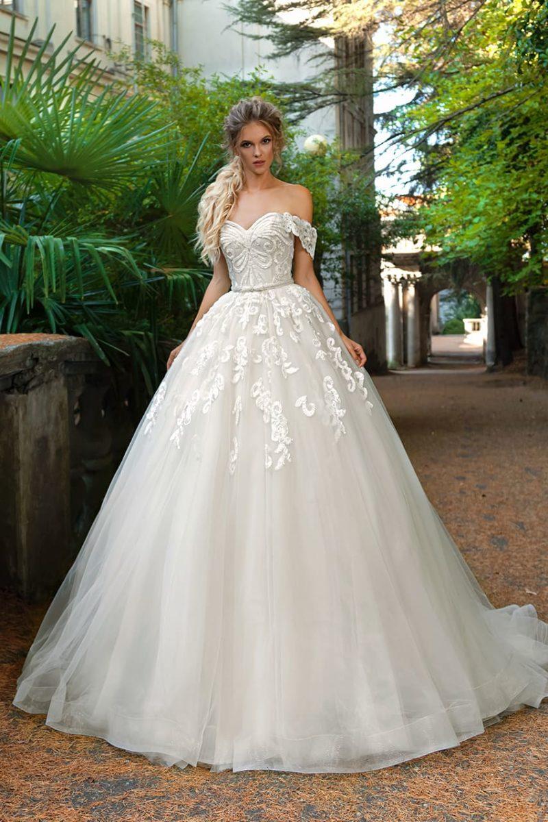 Пышное свадебное платье с эффектной отделкой и открытым лифом с бретелями.