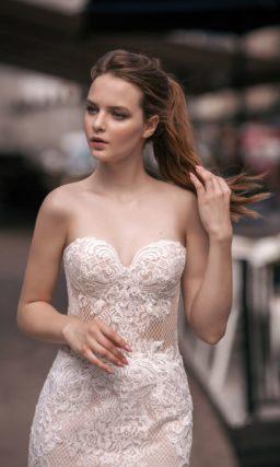 Прямое свадебное платье с открытым лифом «сердечком» и оригинальной юбкой.