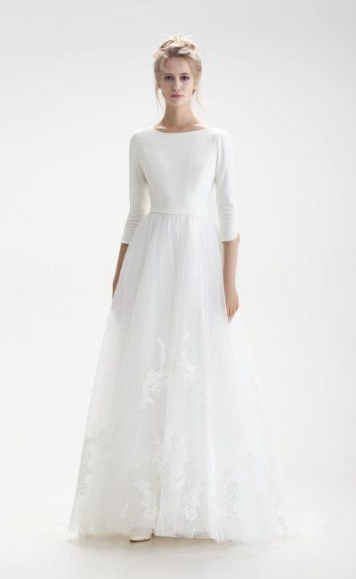 Свадебное платье с закрытым верхом и нежной юбкой «принцесса» с аппликациями.