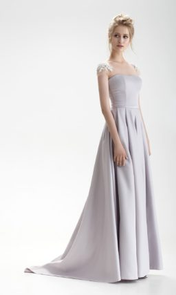 Лиловое свадебное платье А-силуэта с узким поясом и торжественным шлейфом.