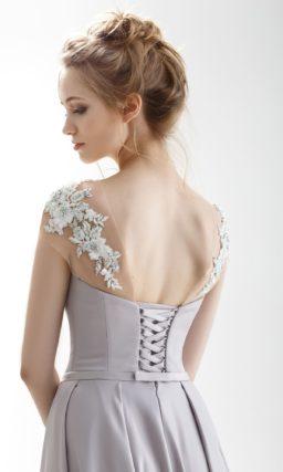 Лиловое свадебное платье с узким поясом и торжественным шлейфом.
