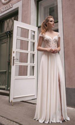 Свадебное платье с кружевным верхом, коротким рукавом и прямой юбкой с разрезом.