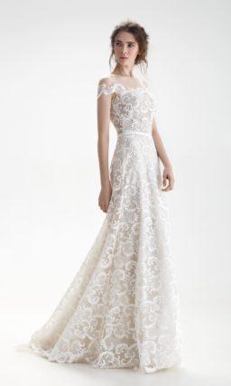 Свадебное платье бежевого цвета с отделкой из белого кружева и узким поясом.