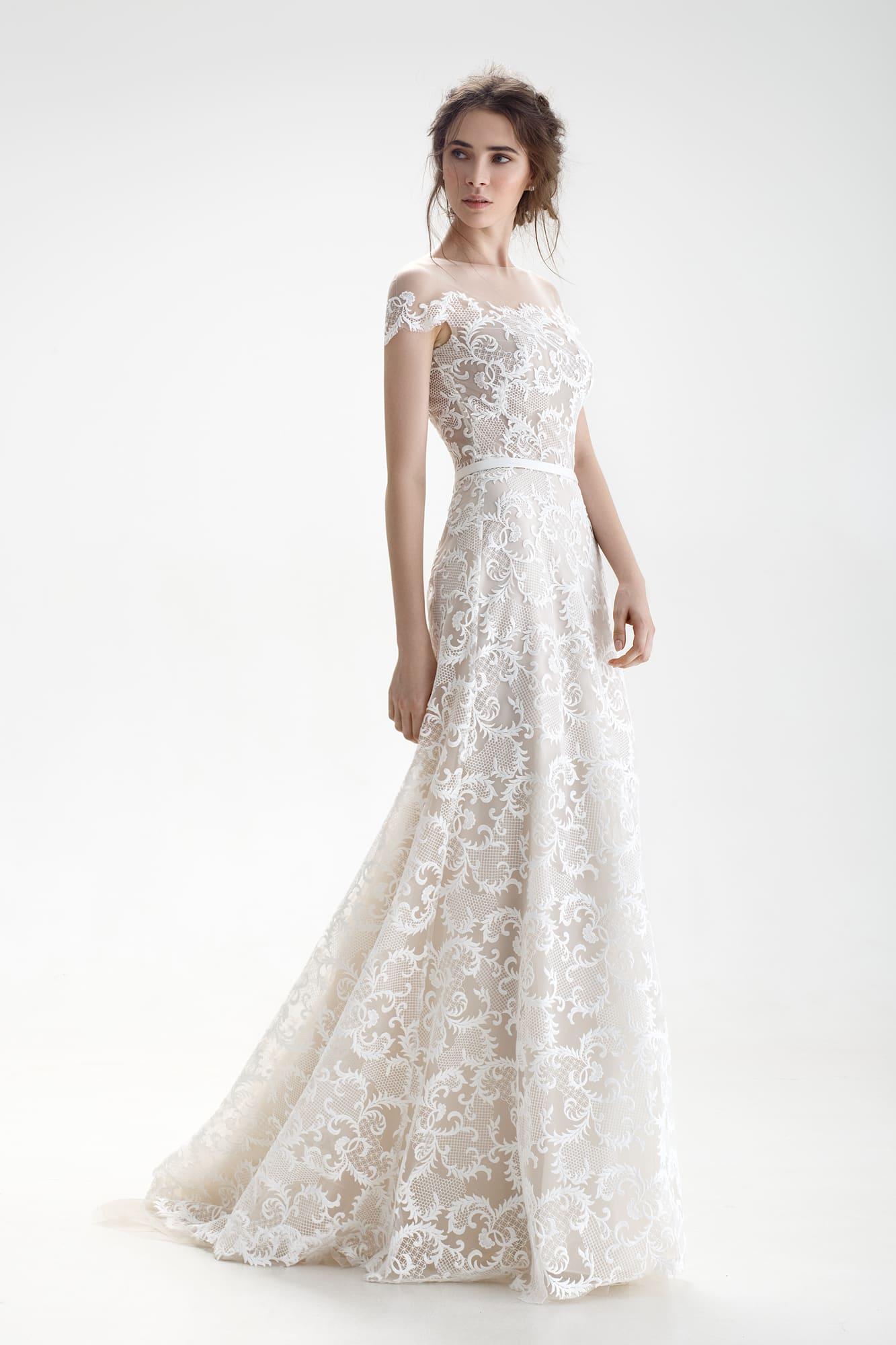 1528d87afa3 Свадебное платье бежевого цвета с отделкой из белого кружева и узким поясом.