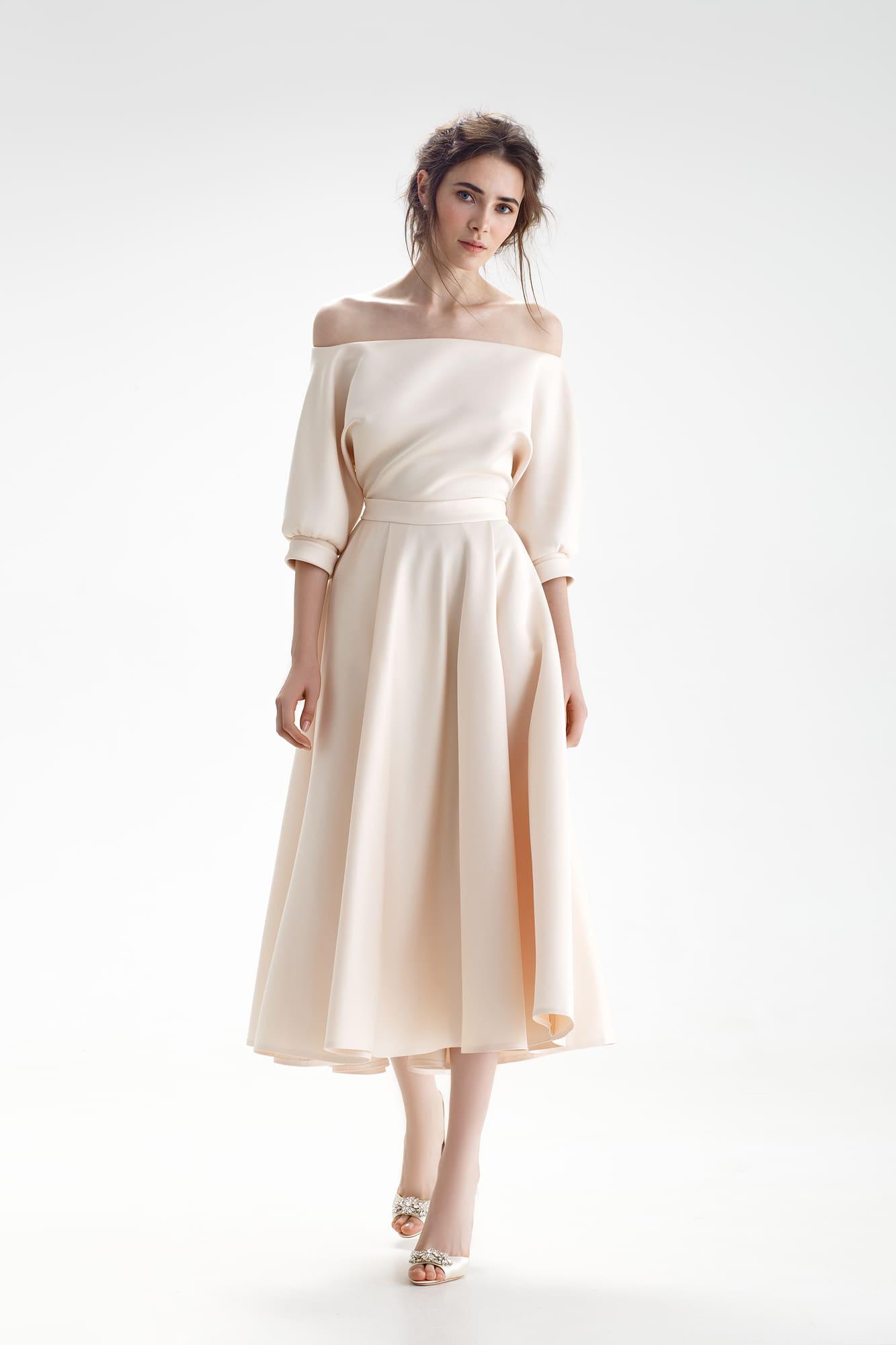 2f01802f1cda03d Свадебное платье бежевого цвета с юбкой длины миди и открытым верхом с  пышным рукавом.