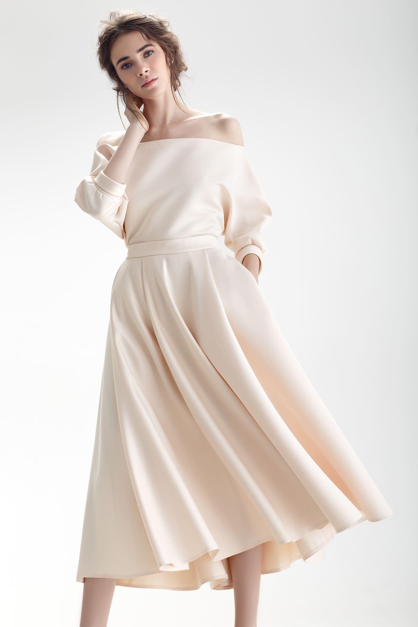 Свадебное платье бежевого цвета с юбкой длины миди и открытым верхом с пышным  рукавом. c9c45ebfdea