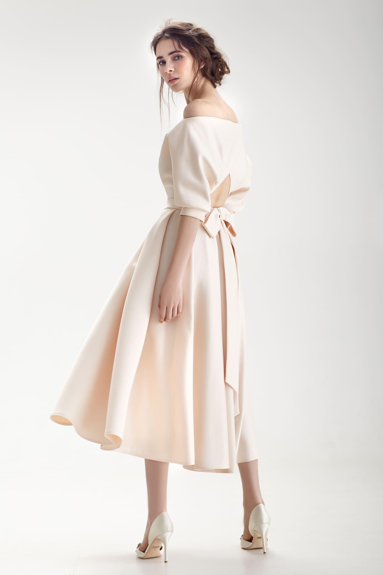 fa56a198d0388f8 Свадебное платье бежевого цвета с юбкой длины миди и открытым верхом с пышным  рукавом.