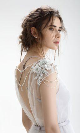 Свадебное платье «принцесса» с открытой спинкой и узким поясом из атласной ткани.