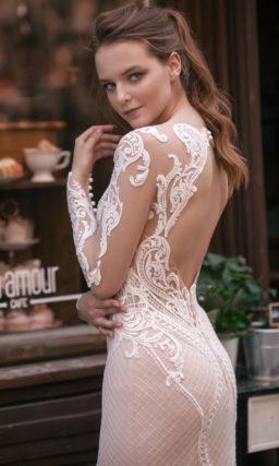 Кружевное свадебное платье «русалка» на пудровой подкладке с вырезом «замочная скважина».