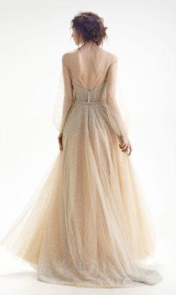 Свадебное платье пудрового цвета с глубоким вырезом на спинке и роскошным декором.