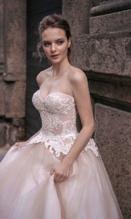 Свадебное платье «принцесса» с бежевыми акцентами и белым кружевом на открытом корсете.
