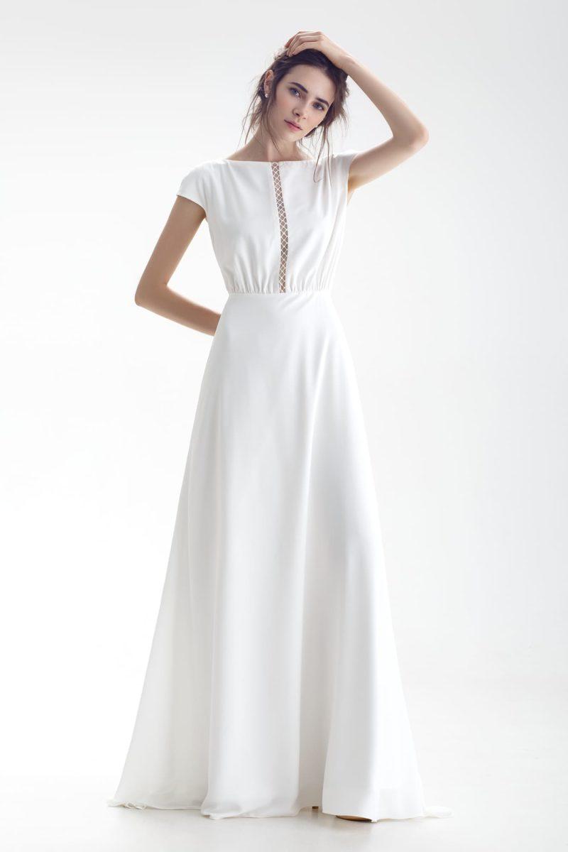Закрытое свадебное платье с вертикальной линией декора на лифе.