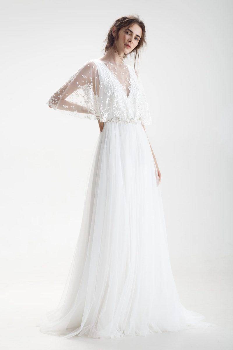 Свадебное платье с кружевным декором верха и открытой спиной.