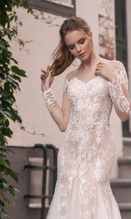Свадебное платье с чувственным кроем «русалка» и бежевой подкладкой под кружевом.